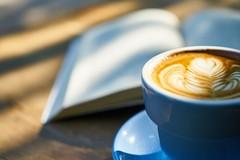 Plaisir de lire et de boire un café