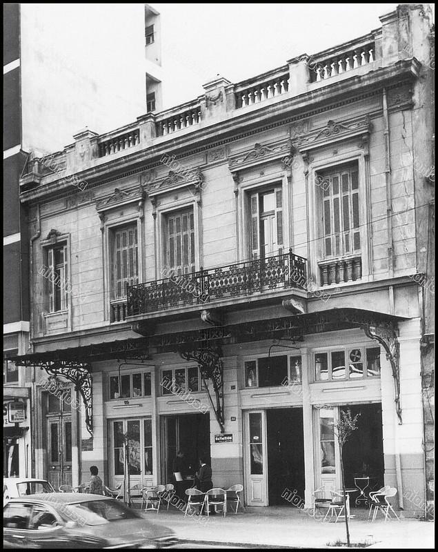 """Ηρώων Πολυτεχνείου 84, Πειραιάς. Φωτογραφία του Στέλιου Σκοπελίτη από το βιβλίο """"Νεοκλασικά σπίτια της Αθήνας και του Πειραιά."""