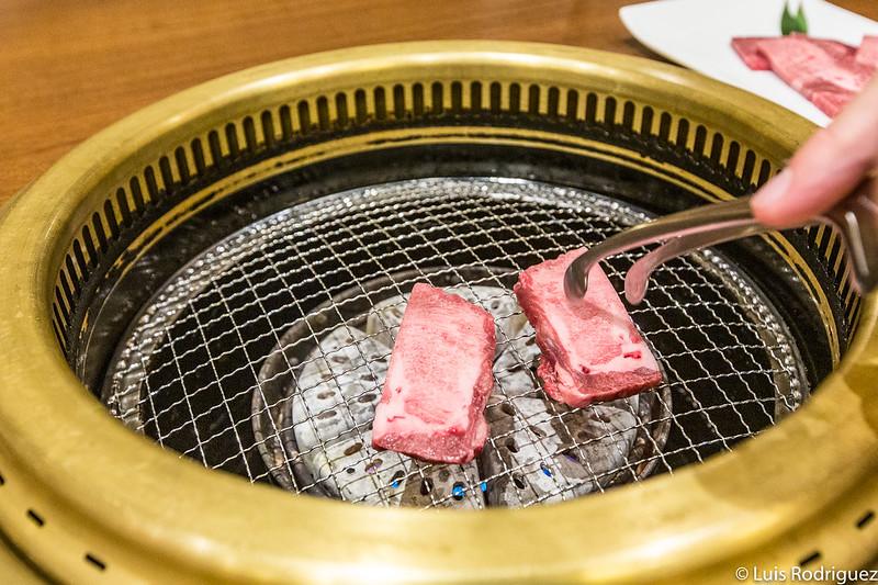 Cocinando lengua de wagyu en Ajikura Tengoku