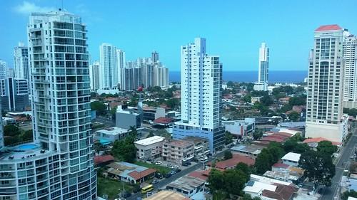 Skyline von Panama CIty durch eine getönte Fassadenscheibe
