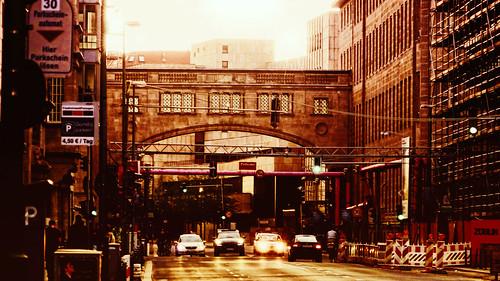berlin street strasse französische calle ciudad stadt cite city sunset sunlight cars sol puesta del 德国 ドイツ германия