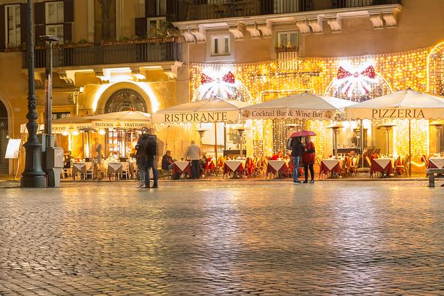 Die mit Lichterketten erleuchtete Mimi e Coco Wine Bar in Rom