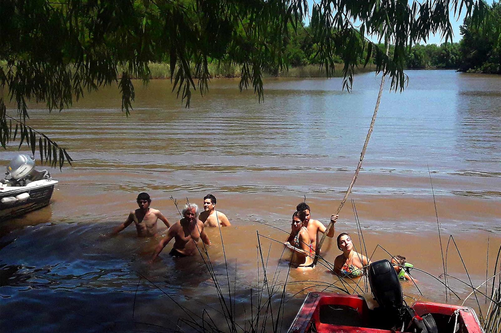 Refrescándonos en el arroyo
