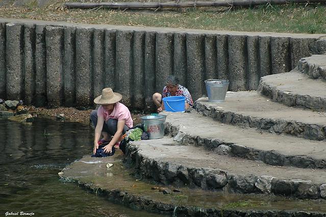 lavando ropa en el Rio Li - China