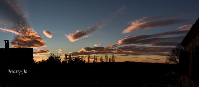 Nuages lenticulaires au lever du jour...  Lenticular clouds at sunrise ...