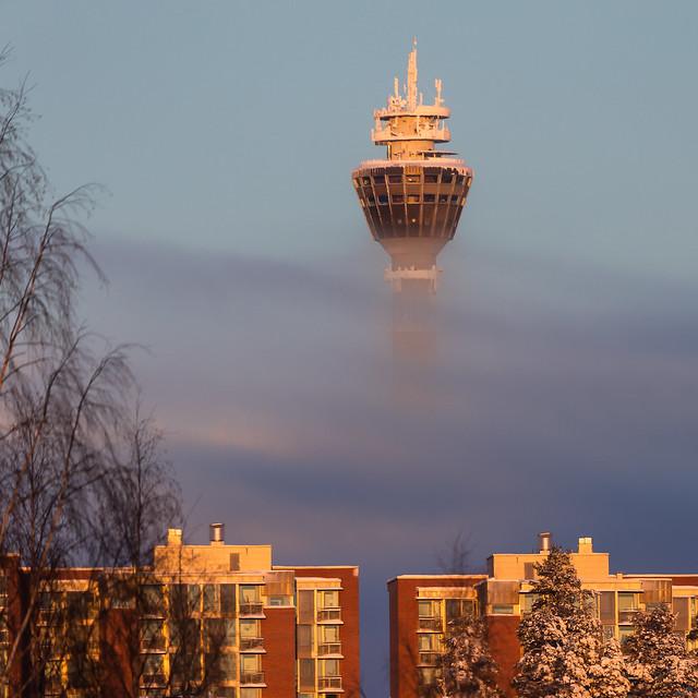 Sumun läpi näkyvä Puijon torni