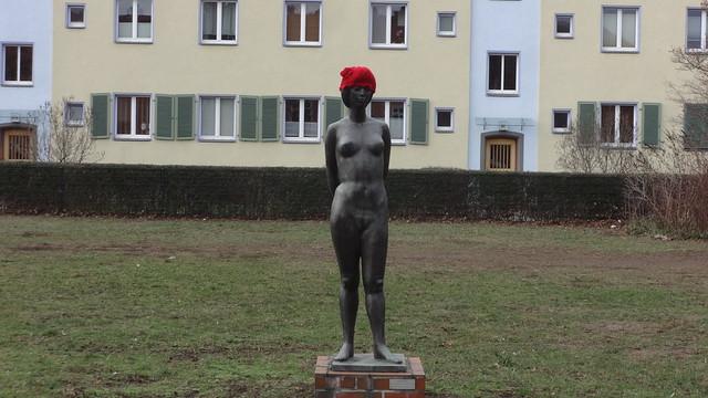 1968 Berlin-O. Studentin von Hans-Peter Goettsche Bronze Mahlsdorfer Straße 97 in 12555 Köpenick