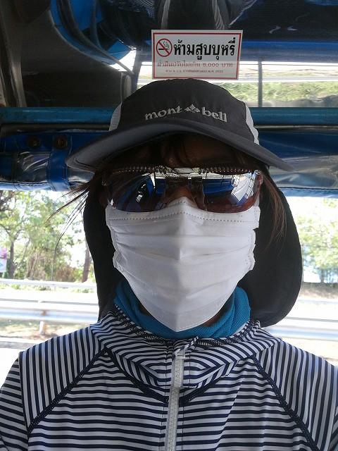 <p>排気ガスと埃から身を守るため、この格好です!</p>