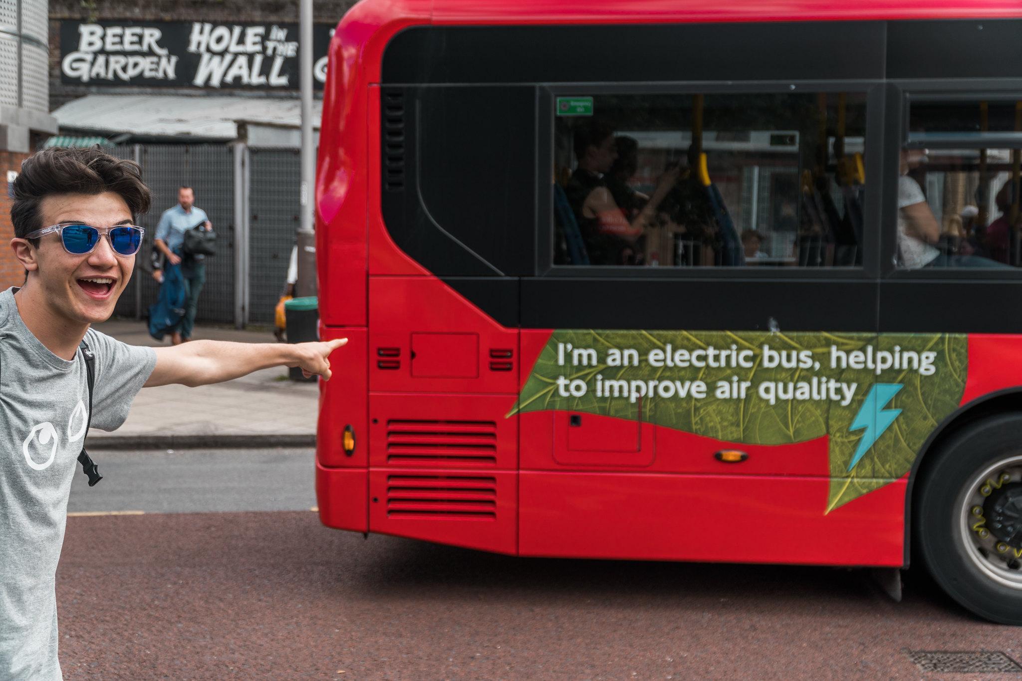 io mentre indico con entusiasmo un auto bus elettrico in partenza