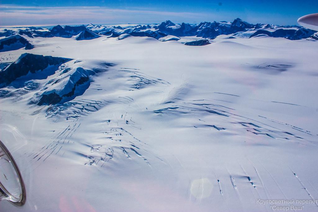 Видны трещины ледника занесённые снегом