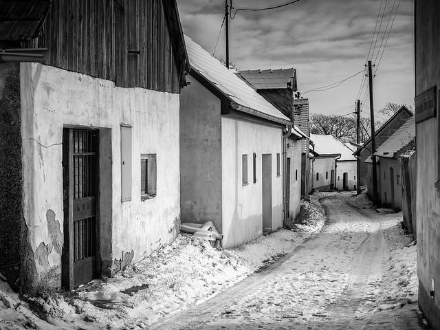 Pillichsdorf, Kellergasse mit Schnee