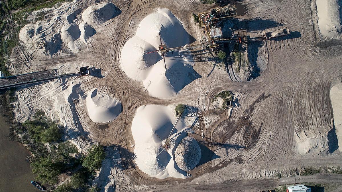 Vista desde el drone de la extracción de arena del delta para los procesos de fracking en Vaca Muerta