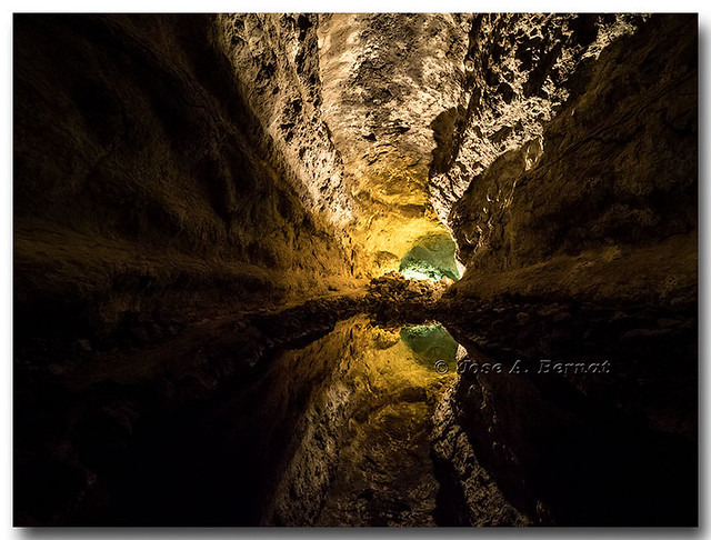 Interior de un tubo de lava volcánico, Cueva de los Verdes, Lanzarote.