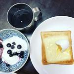 やっと平熱になりました。 途端にトーストが食べたくなって、チーズトーストと半熟卵、ヨーグルトにブルーベリーイン、コーヒーの朝ごはん。 #朝ごはん #breakfast