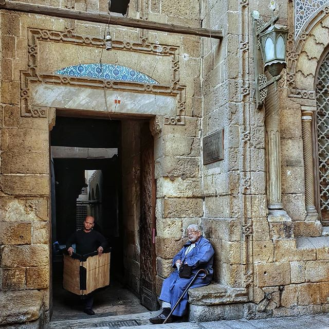 رجال شارع #المعز #القاهرة #مصر #تصويري #عدستي #فوتو #everydayegypt #eveeydayeverywhere #everyday #everydaycairo #sooraharabic #vintage #building #build #humanofegypt #dailyegypt #daily #city #street #streetphotography #mobile #mobilephoto #mobilephotos #m