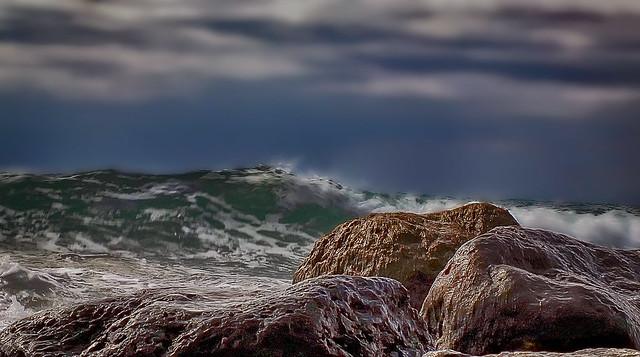 Cielo, mar y rocas.