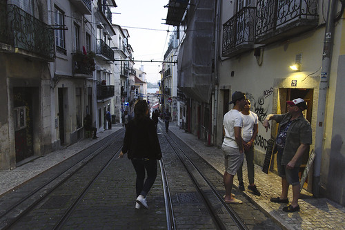 Tourists flocking to the narrow, steep streets of Bica #street #bica #lisbon #portugal #t3mujinpack