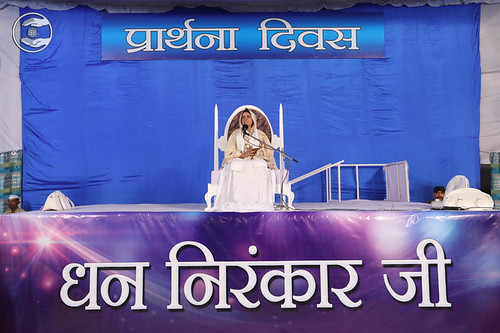 Satguru Mata Sudiksha Ji  Maharaj showing blessings on Prartha Diwas