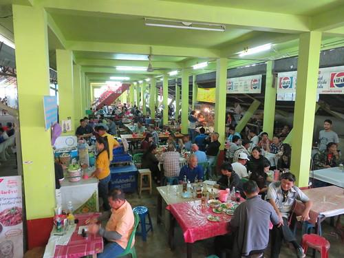 チェンマイ競馬場のスタンド下の食堂街