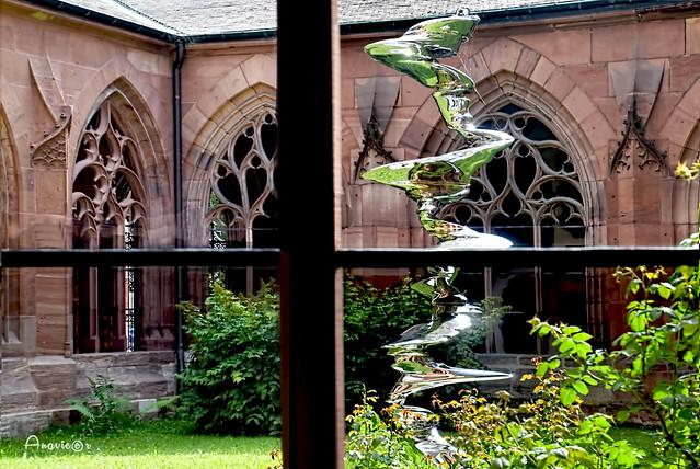 Escultura moderna en un claustro gótico