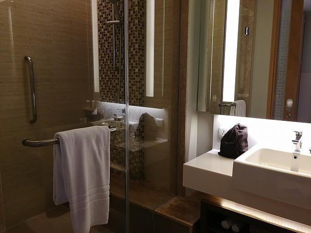 <p>シャワーブース、洗面台は1つ</p>