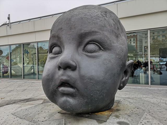 Escultura en la la entrada a la estación de Atocha en Madrid