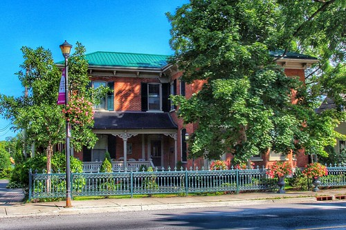 italianate style architecture bb bandb bed breakfast picton on ontario canada harbour view suites historic house princeedward county 340 main street heritage lamp post vintage onasill blue sky cast iron fence canon sl1 sigma macro eos rebel