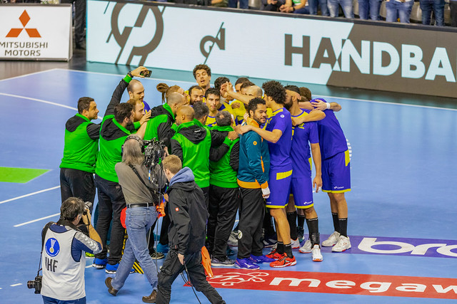 Teamzusammenhalt an der Handball Weltmeisterschaft auf Spielfeld mit Fotografen