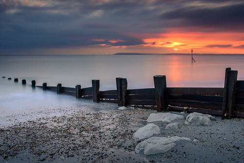 overthegroyne sunset sandypoint haylingisland southcoast uk groyne seadefence posts clouds sky sea le longexposure filters lee littlestopper nd grad nikon d810 sand rocks seascape november 2018 sunsetsnapper