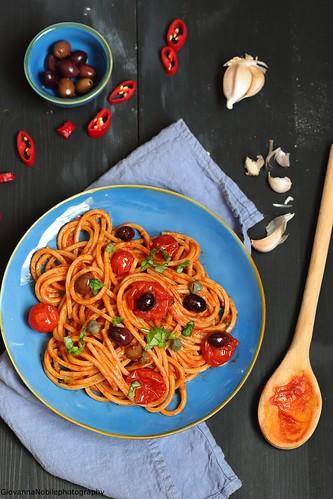 Spaghetti con olive e capperi, un classico della cucina napoletana | by Giovanna-la cuoca eclettica