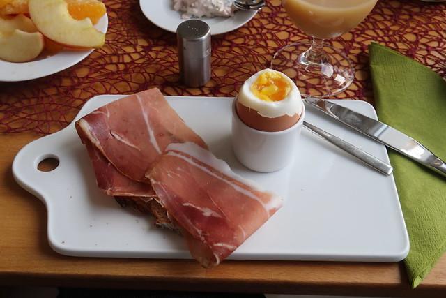 Geräucherter Schinken auf Bauernbrot zum Frühstücksei
