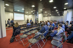 Cerca de 300 personas asisten hoy viernes a la segunda edición del Serious Games Camp, que tiene lugar en la cuarta planta del edificio Izarra Centre. El primer evento estatal dedicado a los serious games y las nuevas tecnologías de realidad virtual y aumentada ha atraído a decenas de estudiantes, profesionales de diferentes sectores y empresas.
