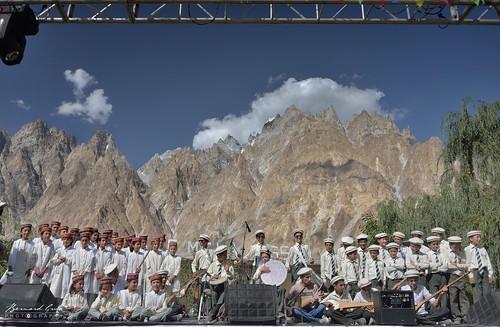 Collège du jubilé de diamant de Passu sur scène - Passu Face Mela, Ramla Akhtar present them as wild tribe people