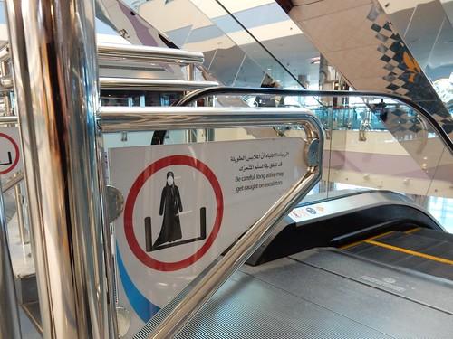 Abu Dhabi - pas op voor lange gewaden tussen de roltrap