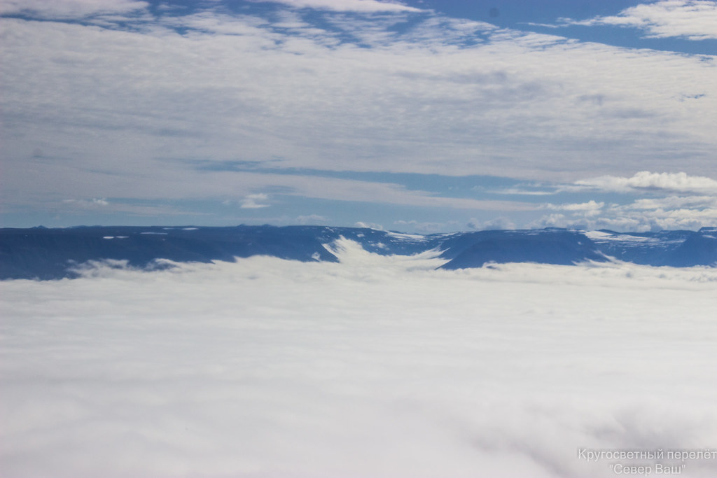 И только горы выглядывают из под одеяла облаков