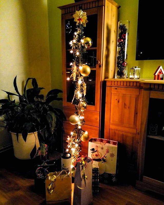Frohe Weihnachten Wikipedia.Frohe Weihnachten Armer Baum Via Instagram Bit Ly 2en7i