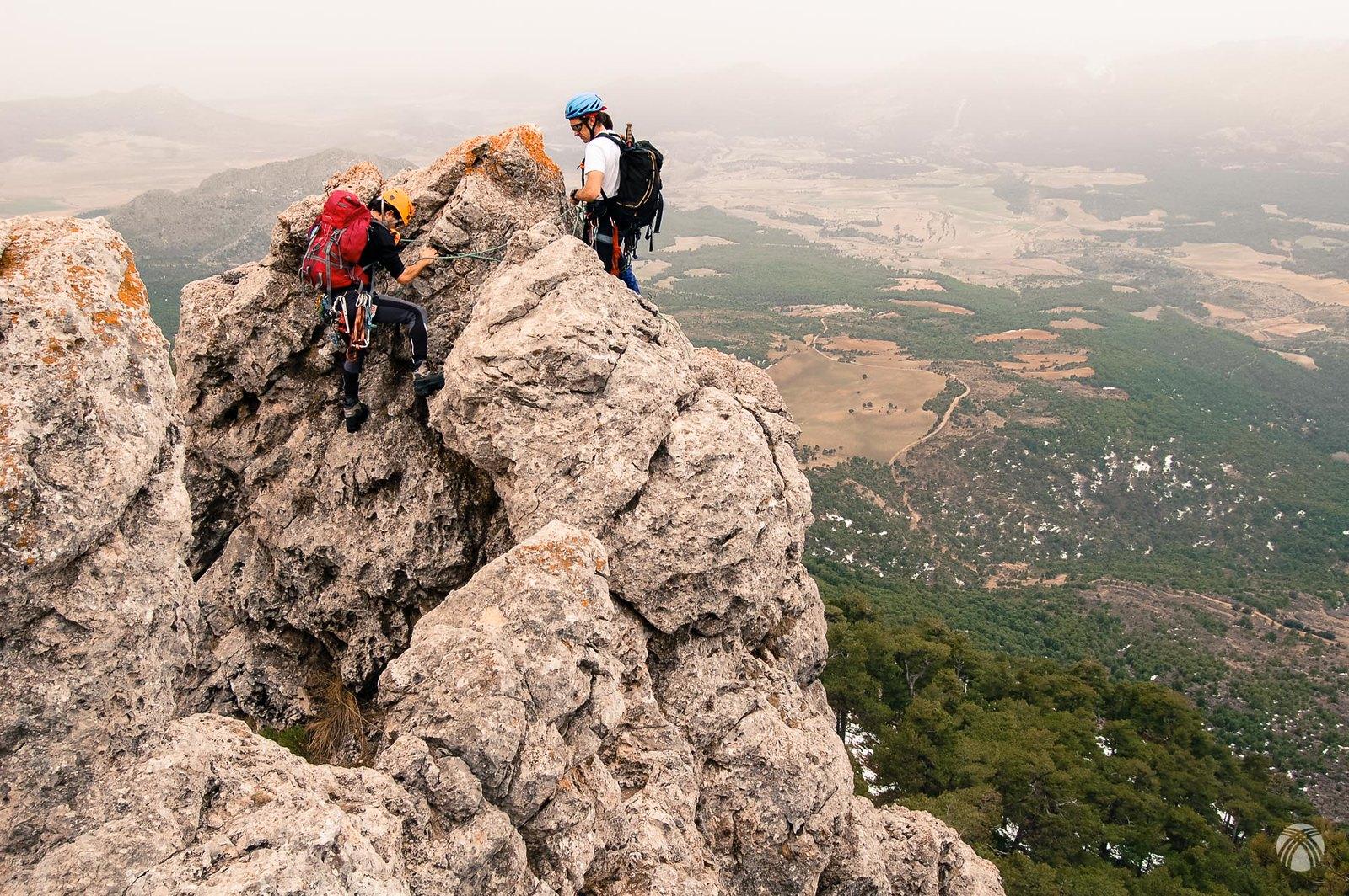Aprovechando el torreón de roca para montar la reunión