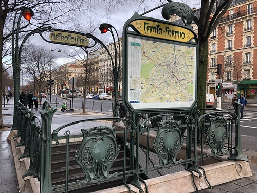 Metropolitain : édicule Guimard « Campo Formio »