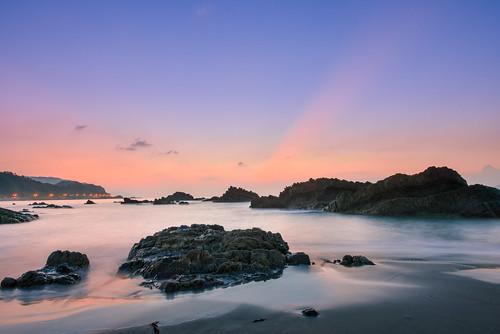 taiwan ilan sunrise lighting rays rocks beach eastcoast northeastcoast waiao toucheng 台灣 宜蘭 外澳 頭城 晨曦 霞光 東北角海岸 海灘 岩石