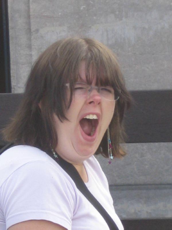 une femme en train de bailler