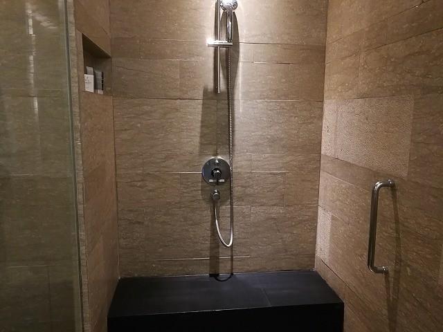 <p>シャワーブースは座れます!</p>