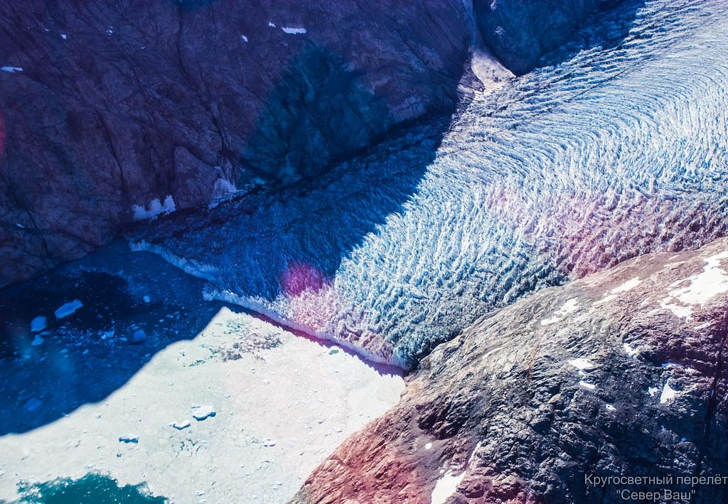 Лёд откалывается и образовавшиеся айсберги уплывают в океан