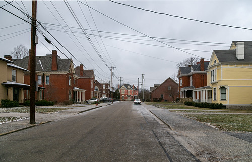 duncanavenue road street thoroughfare pavement paris kentucky unitedstatesofamerica us sidewalk cables wires utilitypoles houses dwellings residences historic victorian bourboncounty