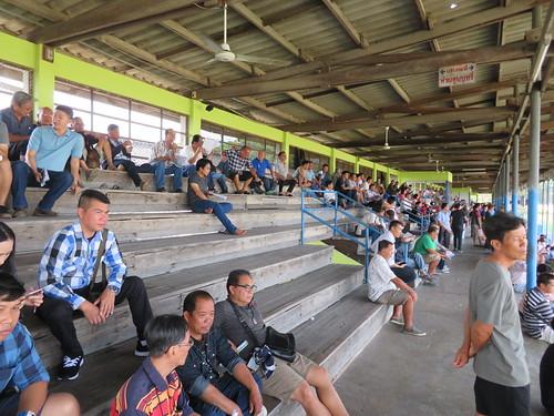 チェンマイ競馬場観覧席上段の観客たち