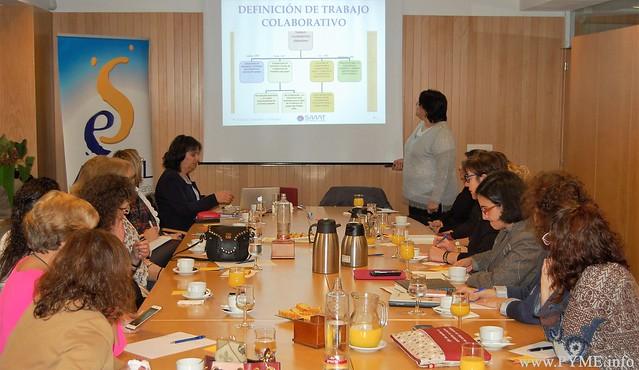 Flor González explica la definición de trabajo colaborativo a las empresarias salmantinas.