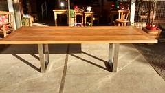 Mesa com pés de alumínio