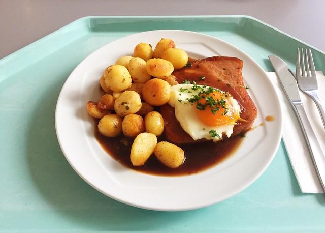 Browned bavarian meat loaf with gravy, roast potatoes & fried egg / Abgebräunter Leberkäse mit Bratensauce, Röstkartoffeln & Spiegelei