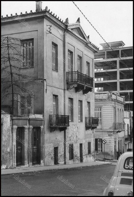 """Οδός Σκουζέ, Πειραιάς. Φωτογραφία του Στέλιου Σκοπελίτη από το βιβλίο """"Νεοκλασικά σπίτια της Αθήνας και του Πειραιά."""