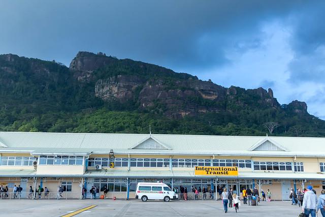 Flughafen bei Victoria vor den Hügeln der größten Seychellen-Insel auf Mahé