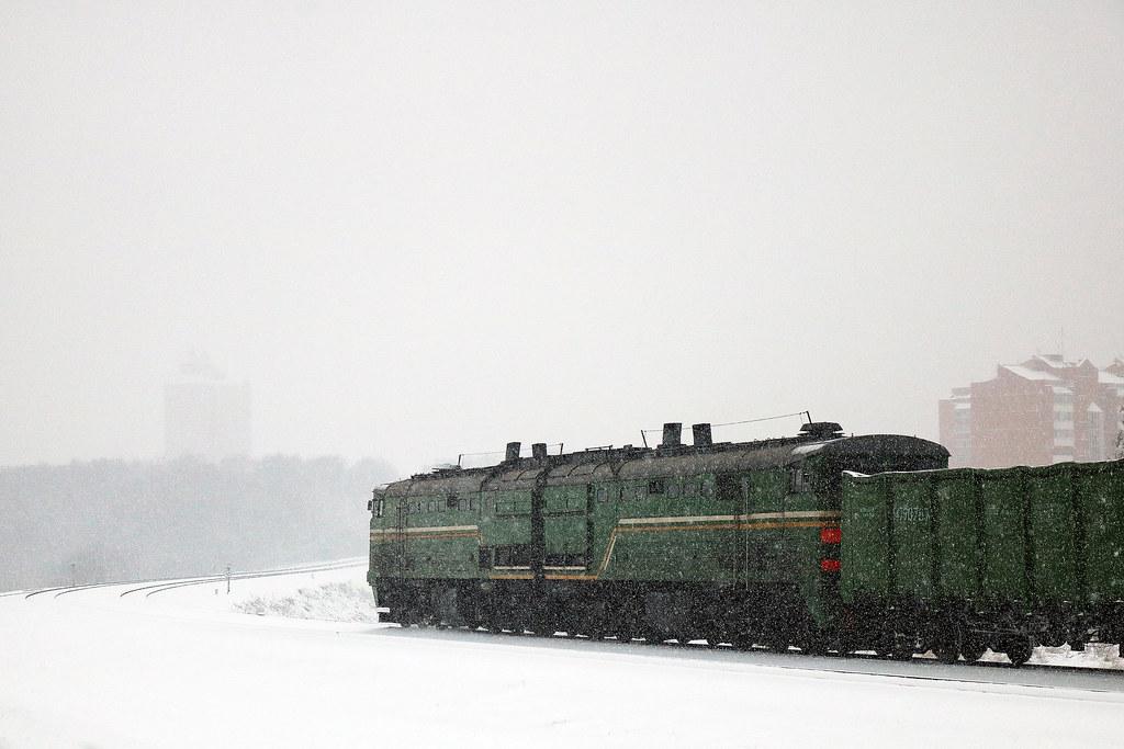 Тепловоз 2ТЭ10 с грузовым составом на перегоне Могилёв-1/Могилёв-2.